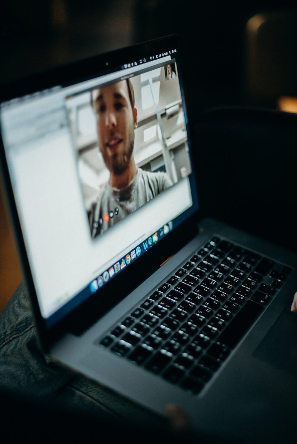 Afbeelding met laptop, binnen, zitten, computer  Automatisch gegenereerde beschrijving
